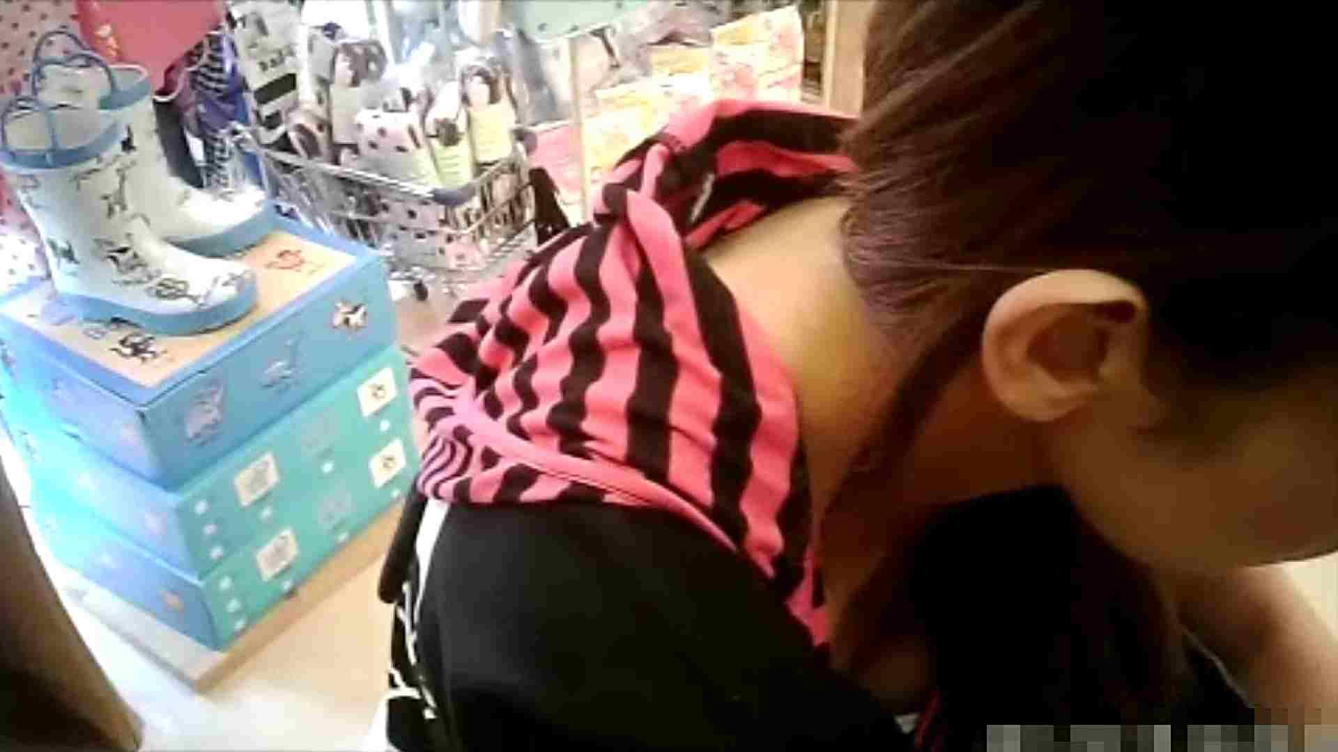 NO.6 雑貨屋で買い物中のガーリーな女の子 チラ   胸チラ  100連発 91