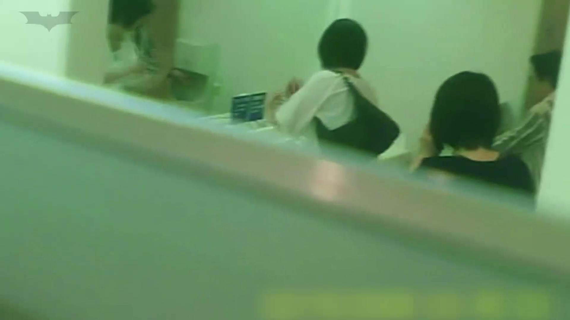 夏の思い出浜辺トイレ盗撮Vol.19 エロくん潜入 | トイレ中の女子達  100連発 86